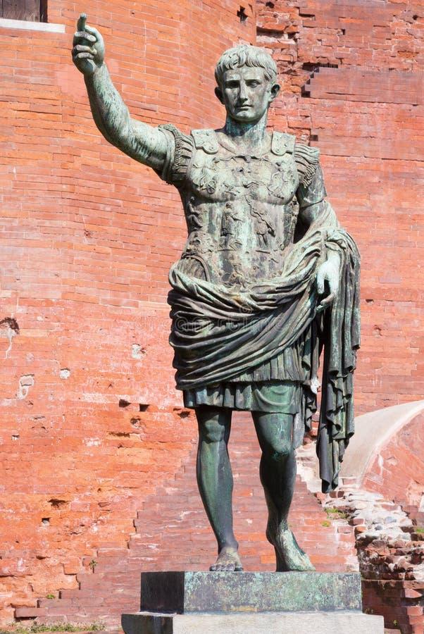 Turin - a estátua de bronze do imperador Octavianus Augustus na frente da porta de Palatine foto de stock
