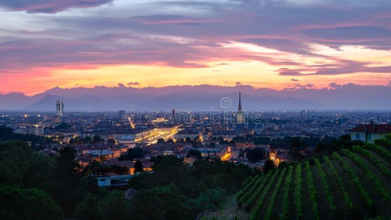Turin hög definitionpanorama på solnedgången med vågbrytaren Antonelliana royaltyfri bild