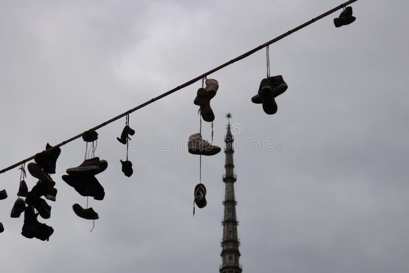TURIN, ITÁLIA - 25 de maio de 2019: Sapatas na corda com toupeira Antonelliana no fundo, Turin, Piedmont, Itália - imagem imagem de stock