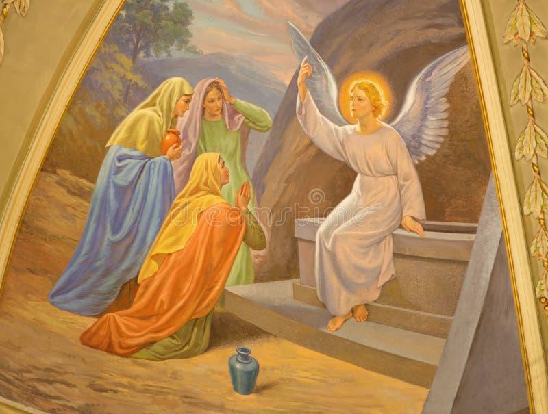 TURIN, ITÁLIA - 13 DE MARÇO DE 2017: As mulheres do fresco visitam o túmulo vazio em di Santo Tommaso de Chiesa da igreja por C S imagem de stock