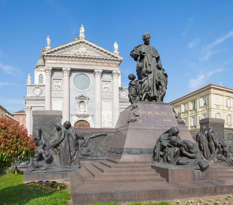 TURIN, ITÁLIA - 15 DE MARÇO DE 2017: A estátua de Don Bosco o fundador de Salesians na frente da basílica Maria Ausilatrice imagens de stock royalty free