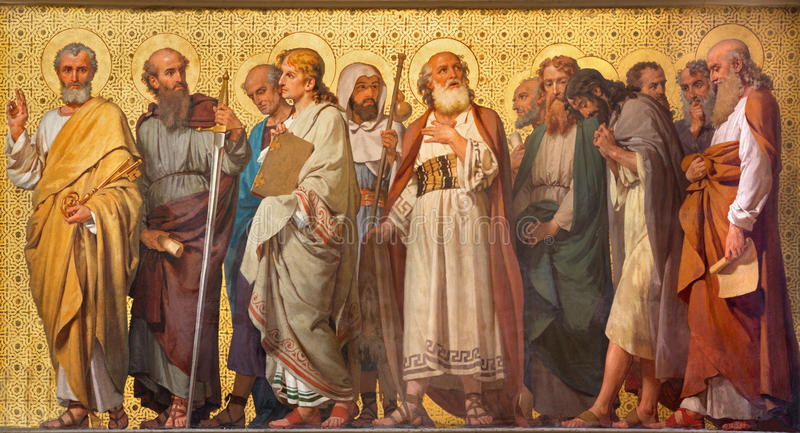 TURIN, ITÁLIA - 15 DE MARÇO DE 2017: O fresco simbólico de doze apóstolos na igreja Chiesa di San Dalmazzo por Enrico Reffo imagem de stock royalty free