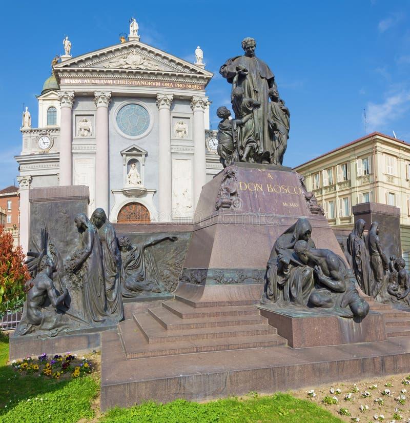 TURIN, ITÁLIA - 15 DE MARÇO DE 2017: A estátua de Don Bosco o fundador de Salesians na frente da basílica Maria Ausilatrice fotos de stock