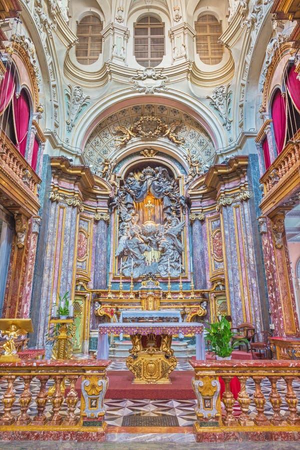 TURIN, ITÁLIA - 16 DE MARÇO DE 2017: O altar principal e o presbitério em di barrocos Santa Maria di Piazza de Chiesa da igreja imagem de stock
