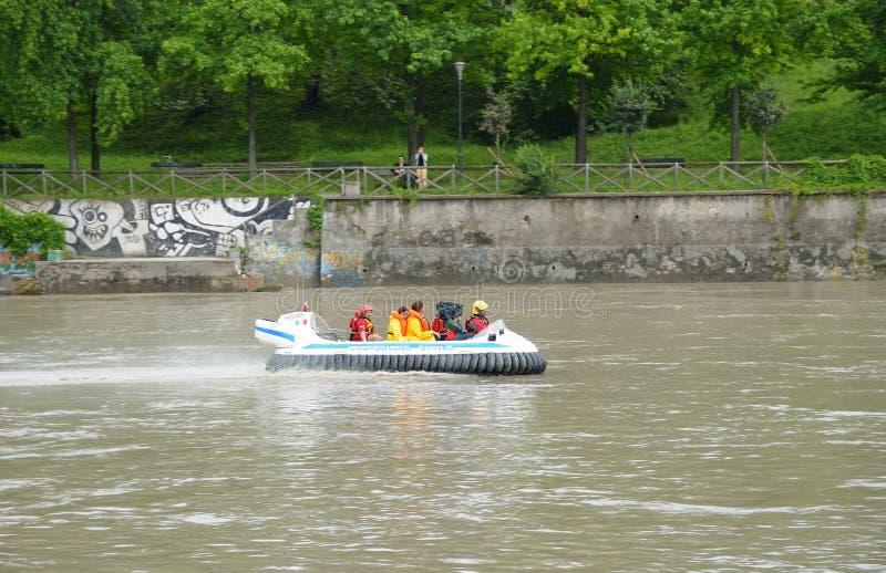 Mouvement d'autorités de délivrance contre l'écoulement de la rivière PO photos libres de droits