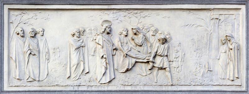 TURIN, ITALIE - 15 MARS 2017 : Le soulagement de la résurrection du fils du ` s de veuve chez Nain sur la façade de la basilique  photos stock