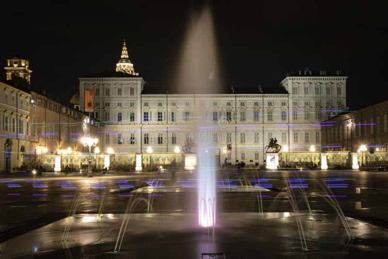Turin, Piémont, Italie Vue de nuit d'une fontaine dans le castello de place photo libre de droits