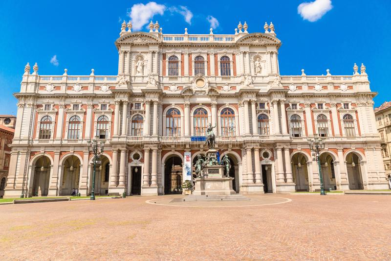 Turin, Piedmont, Itália, o 19 de agosto de 2017 Fachada de Palazzo Cari foto de stock royalty free