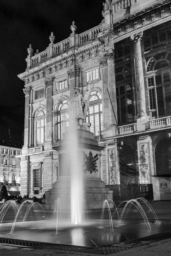 Turin, Piedmont, Italy Opinião da noite do castello da praça em preto e branco com o palácio do madama atrás da fonte imagens de stock