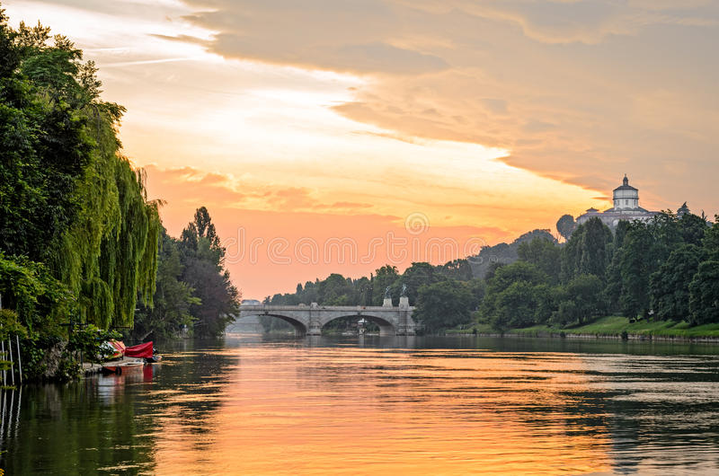 Turin (Torino), Fluss PO und Hügel bei Sonnenaufgang stockbilder