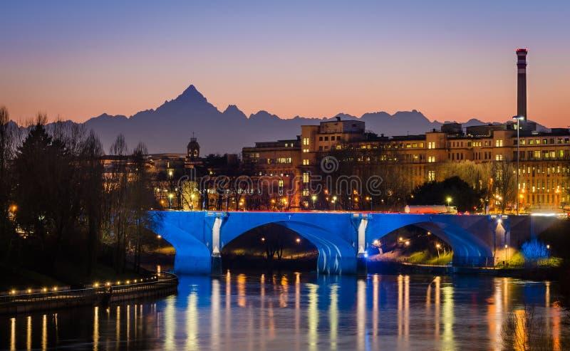 Turin (Torino), Fluss PO und Monviso bei Sonnenuntergang lizenzfreie stockbilder