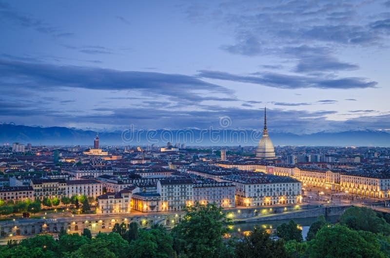 Turin (Torino), hög definitionpanorama på skymning arkivbild
