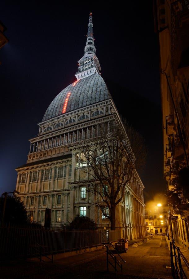 Turin - vågbrytare Antonelliana i nattljuset royaltyfri fotografi