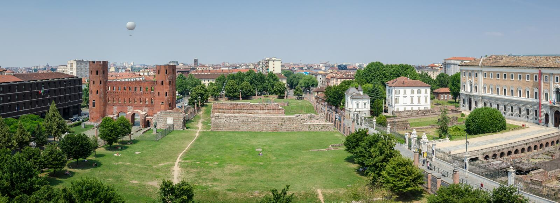 Turin, vista cênico sobre Porte Palatine fotos de stock