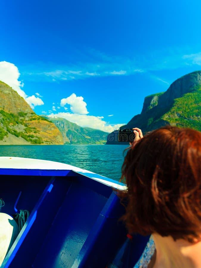 Turism Kvinna med kameran på skeppet, fjord i Norge fotografering för bildbyråer