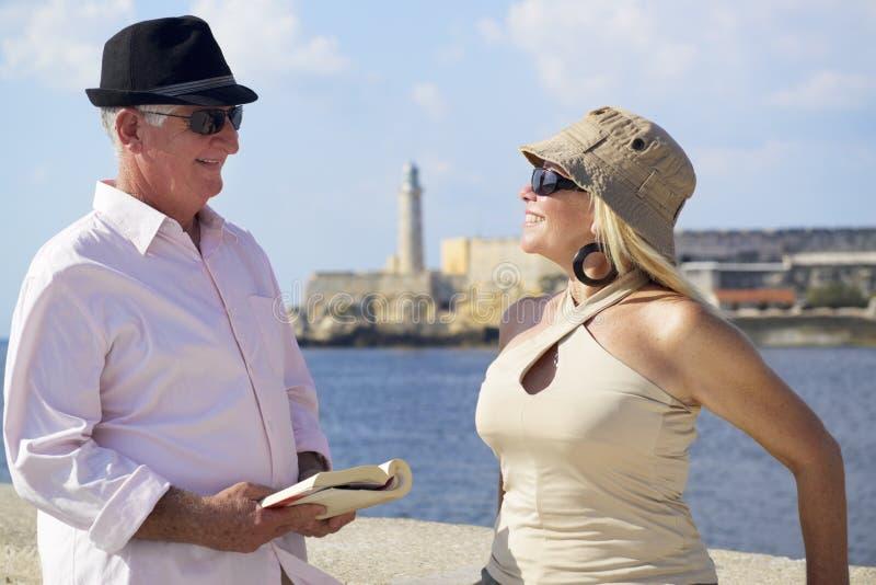 Turism och gamla människor som reser, pensionärer som har gyckel på semester royaltyfri bild