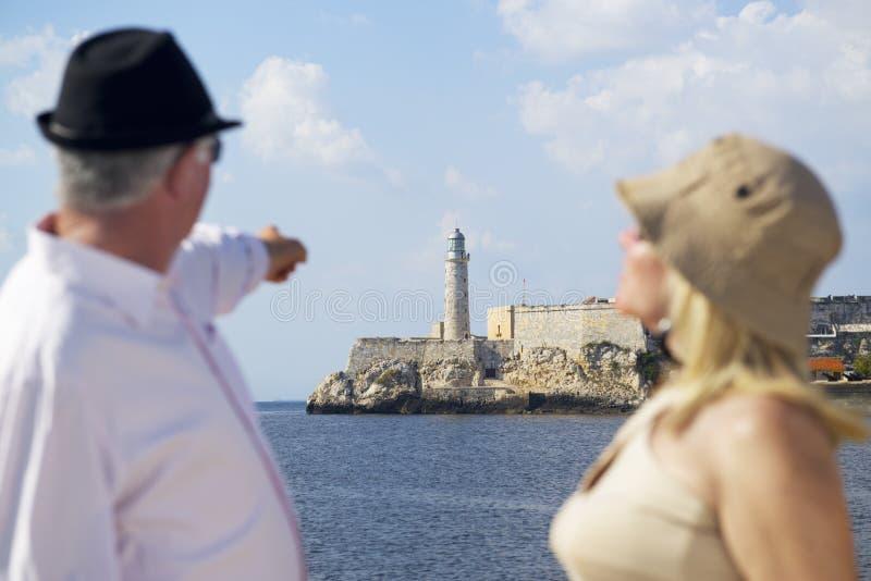 Turism och gamla människor som reser, pensionärer som har gyckel på semester arkivbilder