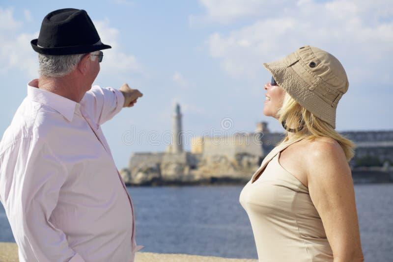 Turism och gamla människor som reser, pensionärer som har gyckel på semester arkivfoton