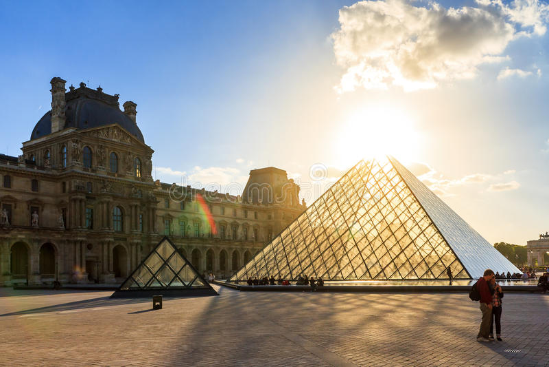 Turism på Louvre royaltyfria foton