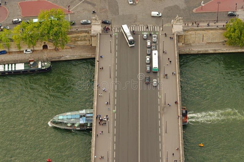 Turismo città in Francia, Parigi in automobile, bus e barca sulla Senna immagine stock