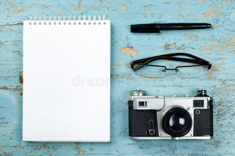 Turismo, concepto del viaje Tabla del escritorio de oficina con la libreta, la cámara y las fuentes Visión superior Copie el espa imagen de archivo libre de regalías