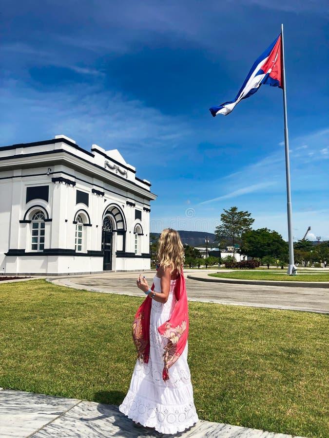 Turismo in Cuba Donna in città di Santiago de Cuba immagine stock libera da diritti