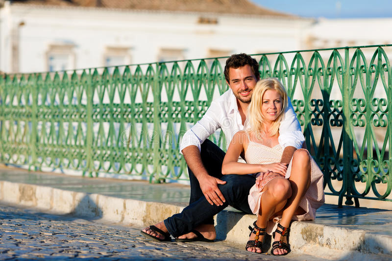 Turismo della città - coppia in vacanza sul ponticello immagini stock