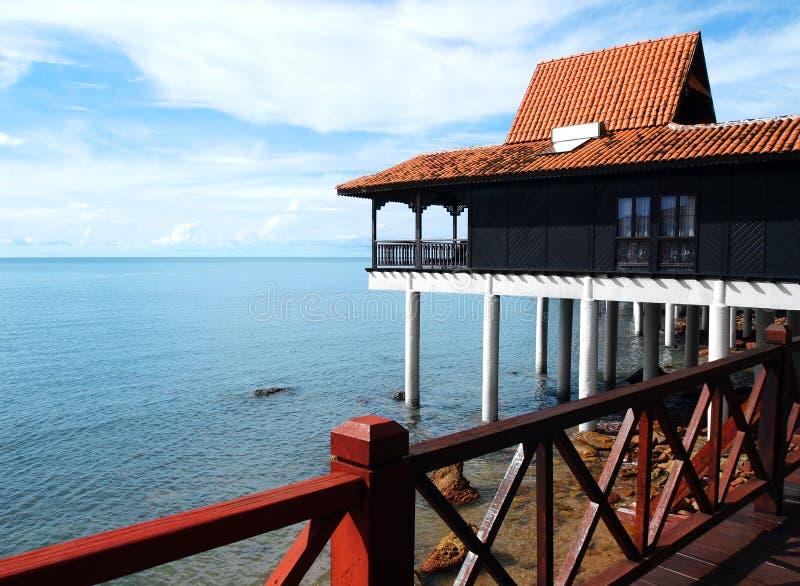 Turismo di Eco - centro balneare con il comitato solare fotografia stock