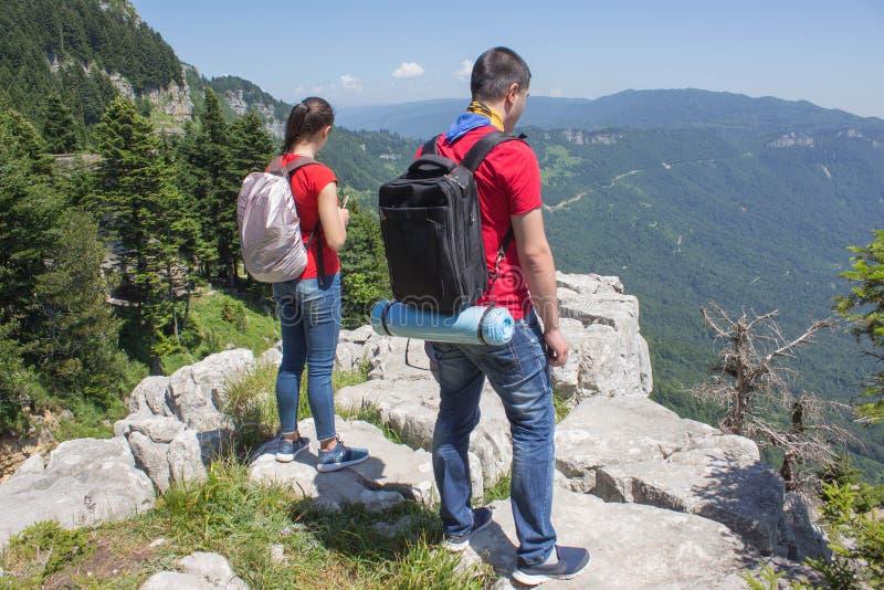 Turismo di Eco e concetto sano di stile di vita Giovane ragazzo dell'estremità della ragazza della viandante con lo zaino fotografia stock libera da diritti