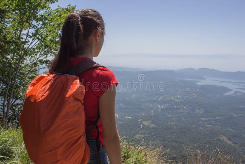 Turismo di Eco e concetto sano di stile di vita Giovane ragazzo dell'estremità della ragazza della viandante con lo zaino Viandan immagini stock libere da diritti