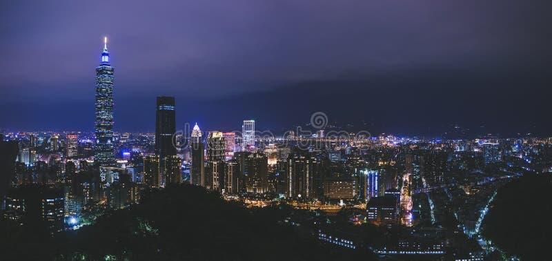 Turismo di Taiwan del punto di riferimento di Taipei di scena di notte di paesaggio urbano di Taipei 101 immagine stock