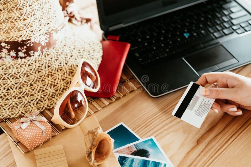 Turismo di viaggio online di vacanze estive di prenotazione immagine stock