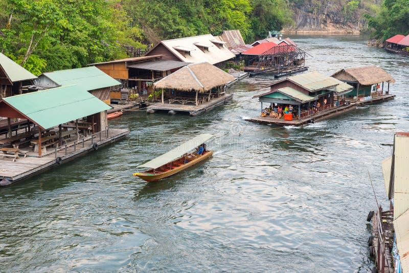 Turismo en la casa flotante que transporta en balsa en el río Kwai foto de archivo libre de regalías