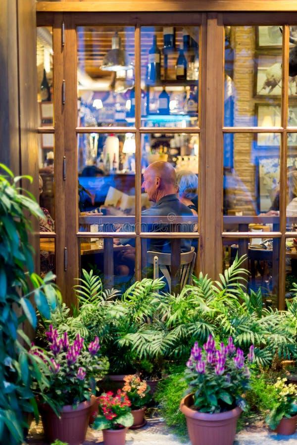 Turismo en Sevilla Gente que cena en restaurante imagenes de archivo