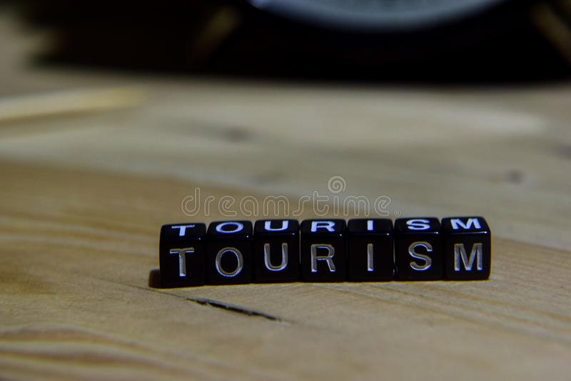 Turismo escrito en bloques de madera Educación y concepto del negocio imagen de archivo libre de regalías