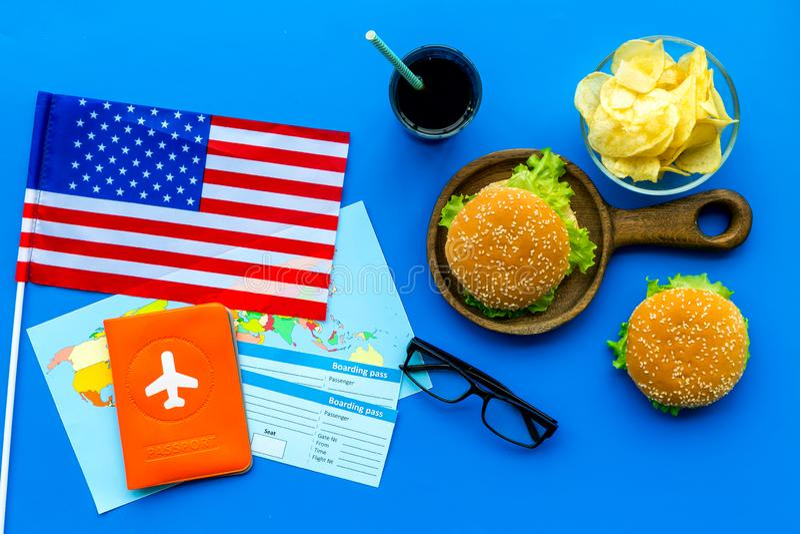 Turismo gastronómico con la bandera americana, pasaporte, boletos, mapa, hamburguesas, microprocesadores, bebida en la opinión su imagenes de archivo