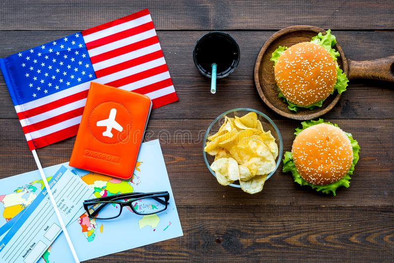 Turismo gastronómico con la bandera americana, pasaporte, boletos, mapa, hamburguesas, microprocesadores, bebida en la opinión su fotos de archivo libres de regalías