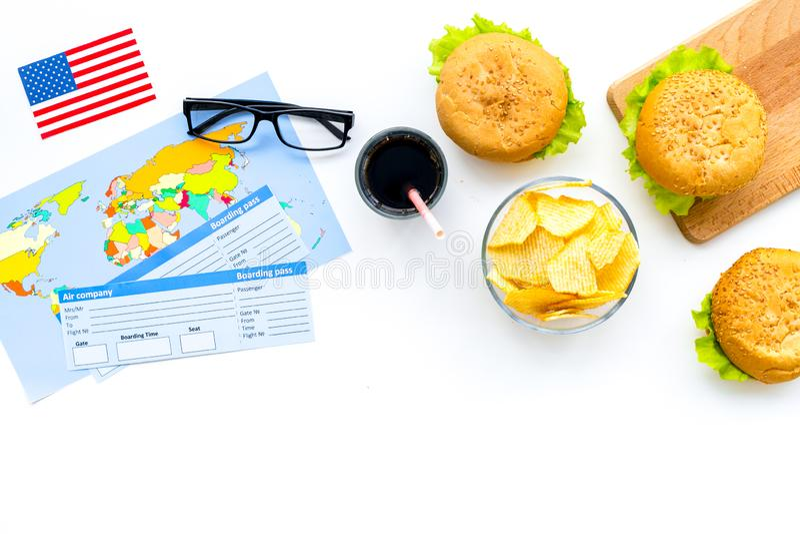 Turismo gastronómico con la bandera americana, pasaporte, boletos, mapa, hamburguesas, microprocesadores, coque en la opinión sup fotos de archivo libres de regalías