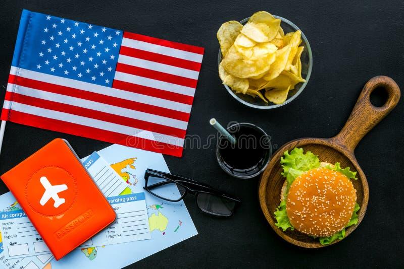 Turismo gastronómico con la bandera americana, pasaporte, boletos, mapa, hamburguesas, microprocesadores, coque en la opinión sup fotografía de archivo