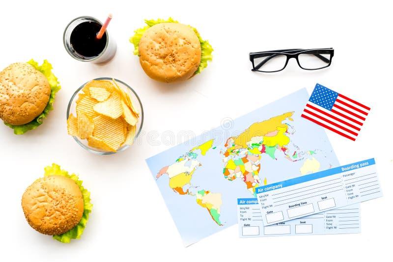 Turismo gastronómico con la bandera americana, pasaporte, boletos, mapa, hamburguesas, microprocesadores, coque en la opinión sup fotografía de archivo libre de regalías