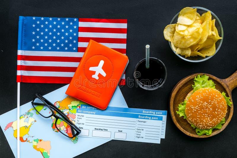 Turismo gastronómico con la bandera americana, pasaporte, boletos, mapa, hamburguesas, microprocesadores, coque en la opinión sup imagenes de archivo