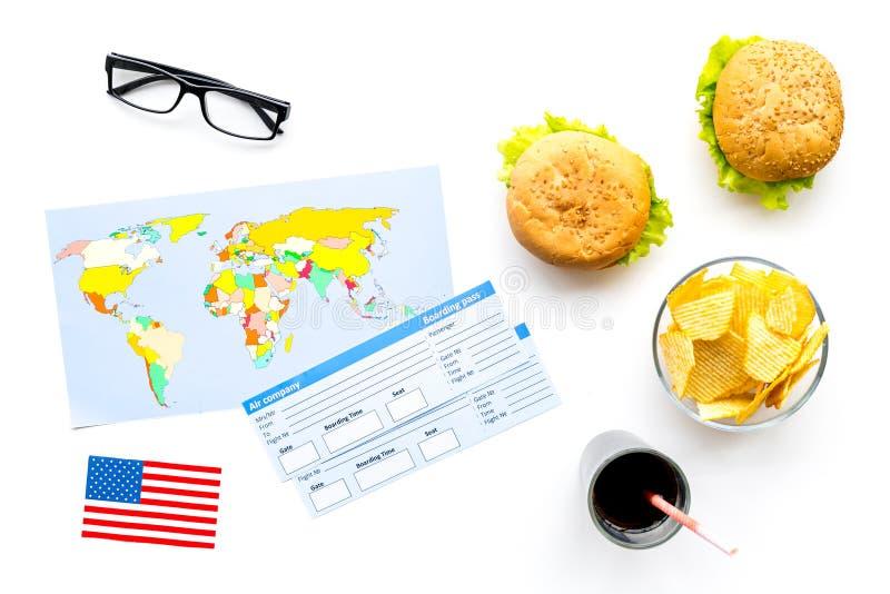 Turismo gastronómico con la bandera americana, pasaporte, boletos, mapa, hamburguesas, microprocesadores en la opinión superior d imagenes de archivo