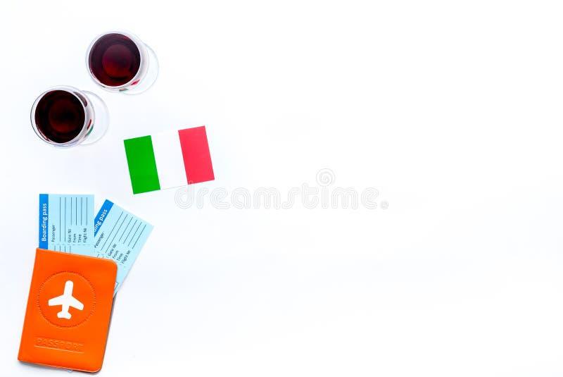 Turismo gastronómico Símbolos italianos de la comida Pasaporte y boletos cerca de la bandera y del vidrio italianos de vino tinto foto de archivo