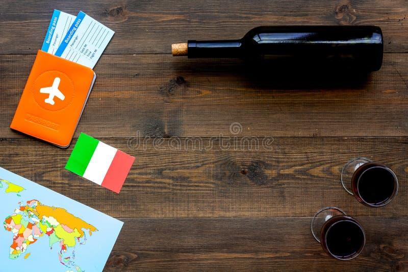 Turismo gastronómico Símbolos italianos de la comida Pasaporte y boletos cerca de la bandera italiana, botella del vino tinto, ma fotografía de archivo libre de regalías