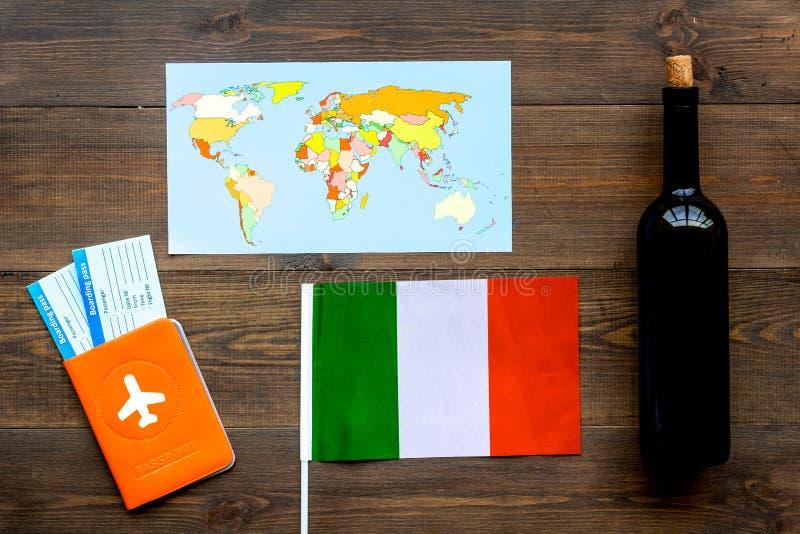 Turismo gastronómico Símbolos italianos de la comida Pasaporte y boletos cerca de la bandera italiana, botella del vino tinto, ma foto de archivo libre de regalías