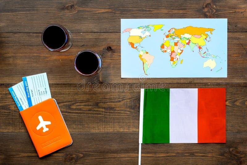 Turismo gastronómico Símbolos italianos de la comida Pasaporte y boletos cerca de la bandera italiana, vidrio del vino tinto, map foto de archivo libre de regalías