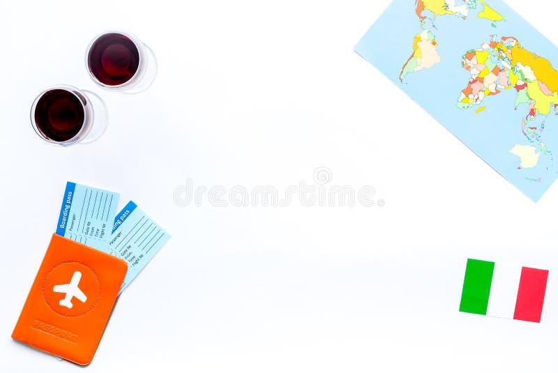 Turismo Gastronomical Símbolos italianos do alimento Passaporte e bilhetes perto da bandeira italiana, vidro do vinho tinto, mapa imagem de stock
