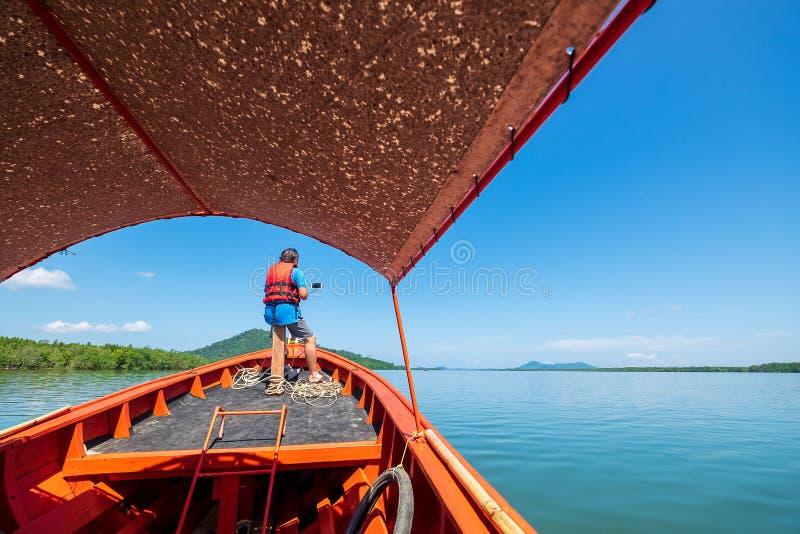Turismo masculino que toma a imagem de Selfie no barco que viaja no mar fotos de stock royalty free