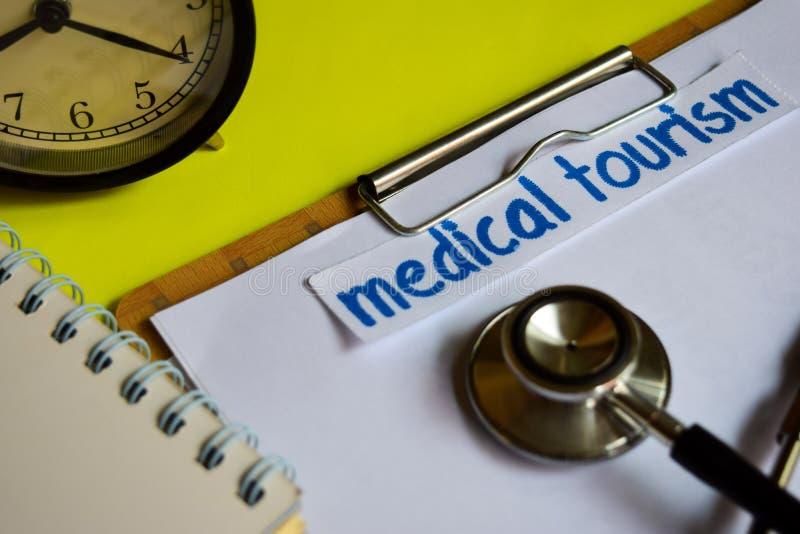 Turismo medico su ispirazione di concetto di sanità su fondo giallo immagine stock libera da diritti