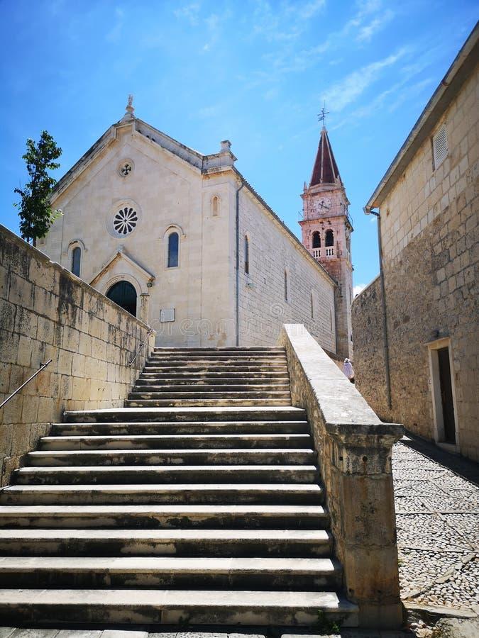 Turismo Na Croácia / Ilha Brac / Igreja Católica Em Postira imagem de stock